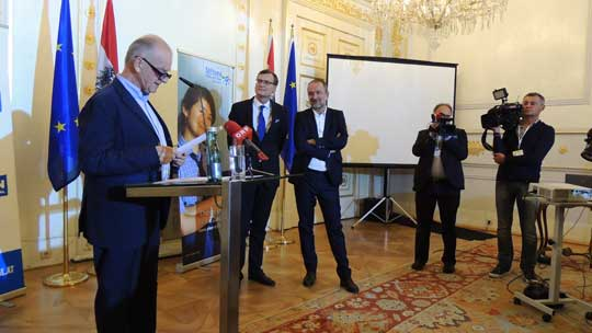 Herr Klausnitzer, Vorstandsmitglied, Herr Kralinger, VÖZ Präsident und Bundesminister Drozda beim Verkünden der Preisträger