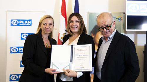 Preisträgerin mit Bundesministerin und Vorstandsmitglied (c) BKA Christopher Dunker
