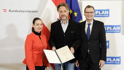 Bundesministerin Ines Stilling, Sebastian Loudon (übernahm den Preis stellvertretend für Marius Münstermann) und Thomas Kralinger (c) BKA/Andy Wenzel