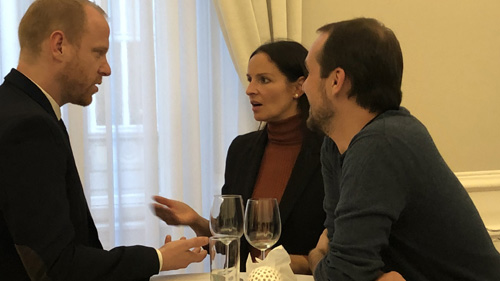 Ins Gespräch vertieft: Christoph Zotter und Yvonne Widler mit einem Freund (c) Plan International
