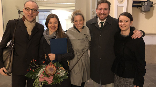 Preisträgerin Gerlinde Petric-Wallner (2.v.l.) mit Freunden (c) Plan International